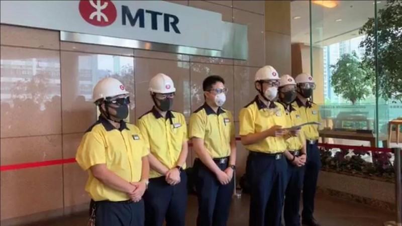 逾700名港鐵員工實名連署,要求港鐵公司不應盲目配合警方。連署車長讀出聲明後,由港鐵公關部員工接收。(擷取自「金水」Facebook粉絲專頁)