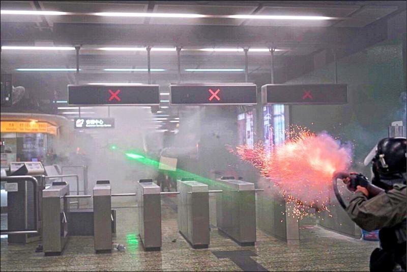 有香港員警在港鐵葵芳站室內發射催淚彈及橡膠子彈,波及一般乘客,人權團體與醫學專家都批評警方此舉明顯失當。(圖擷自網路)