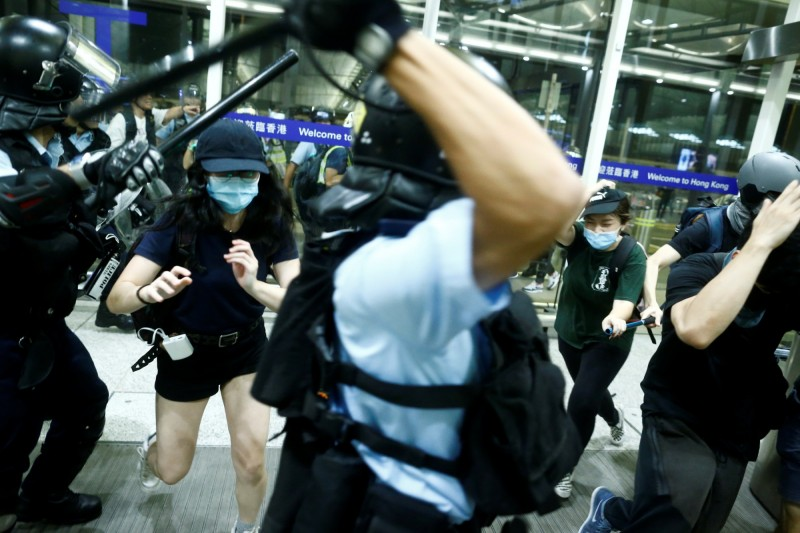 香港警方在機場對群眾施暴,中國網友認為是反送中群眾不理性所致,被王丹打臉。(路透)