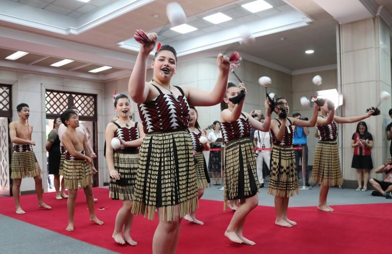 毛利族青少年在行政院大廳以Kapa Haka(毛利戰舞)表達對台灣的謝意。(中央社)