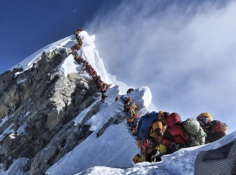 聖母峰今年春季登山季攀登人數創新高,11名罹難登山客中,至少有4人死於過度擁擠、塞車的山道。(美聯社)