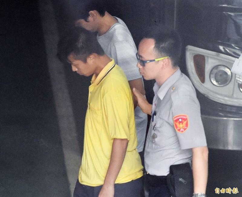 華山分屍案嫌犯陳伯謙 (左,黃衣者)。(資料照)