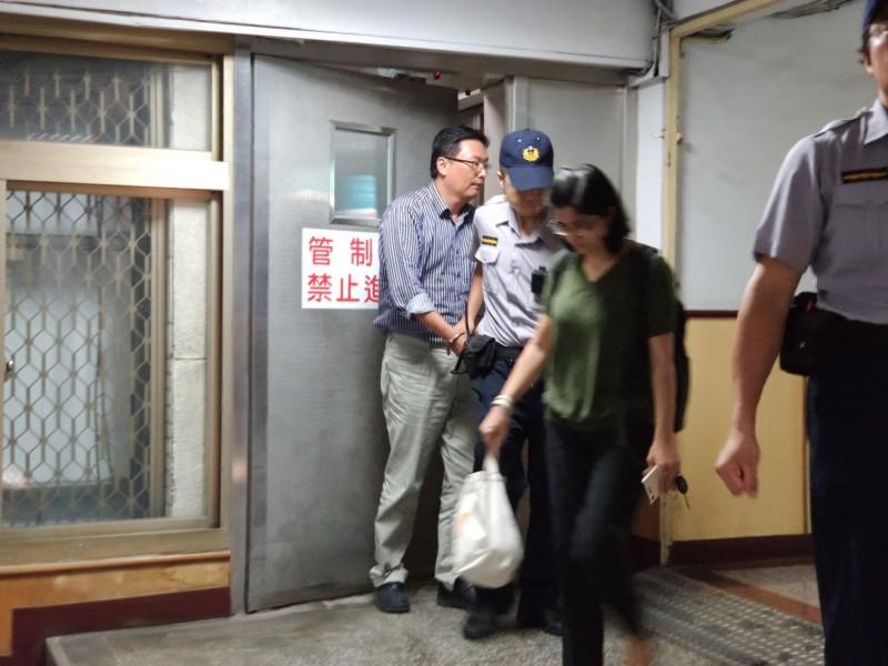 桃園機場公司工程師吳俊宗(左一)收押禁見。(記者周敏鴻翻攝)