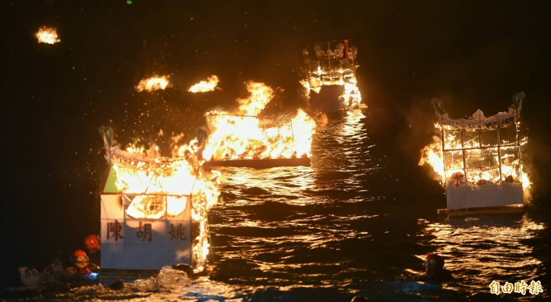 傳承165年的鷄籠中元祭,今天晚上11點在八斗子望海巷海濱進行鷄籠中元祭重頭戲「放水燈」。(記者劉信德攝)