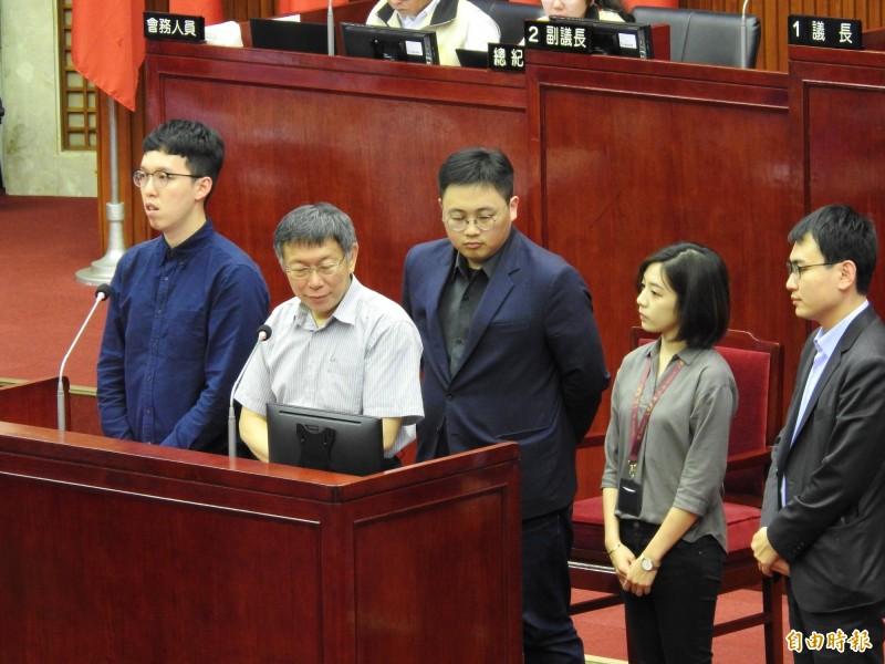 北市府副發言人柯昱安(左一)、發言人劉奕霆(左三)雙雙請辭。(資料照)