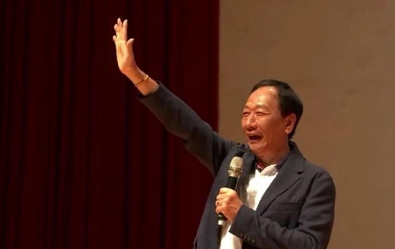 郭台銘今參加「永齡鴻海希望小學-夏日英雄大會師暑期成果展」。(翻攝臉書直播)