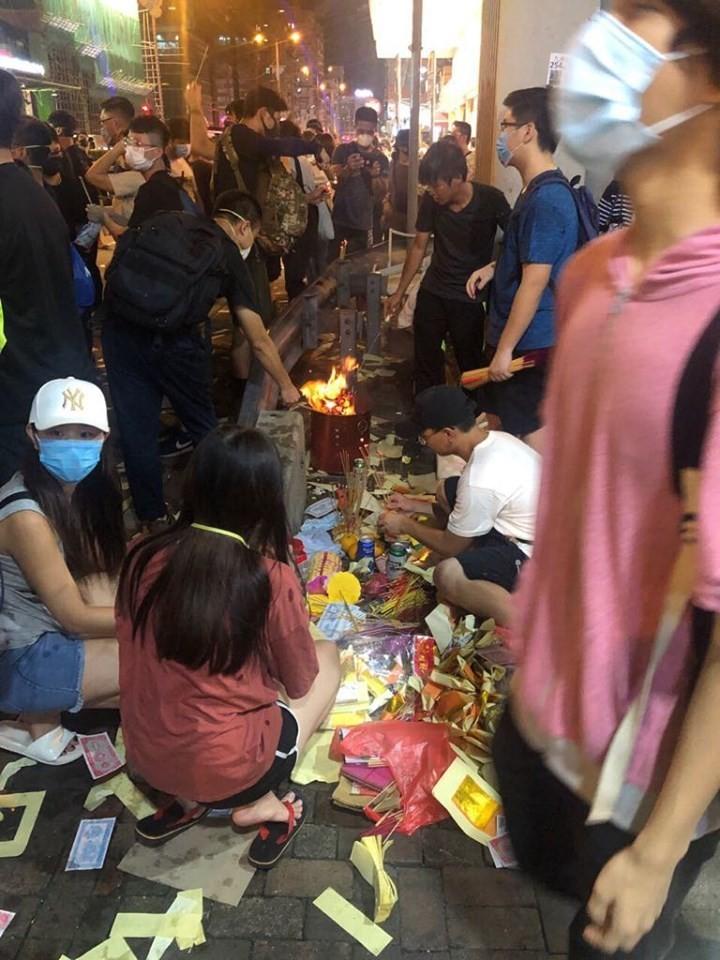 港人以「驅魔除惡」諷刺港府,並為香港未來祈福。(圖擷取自TG_九龍成區)