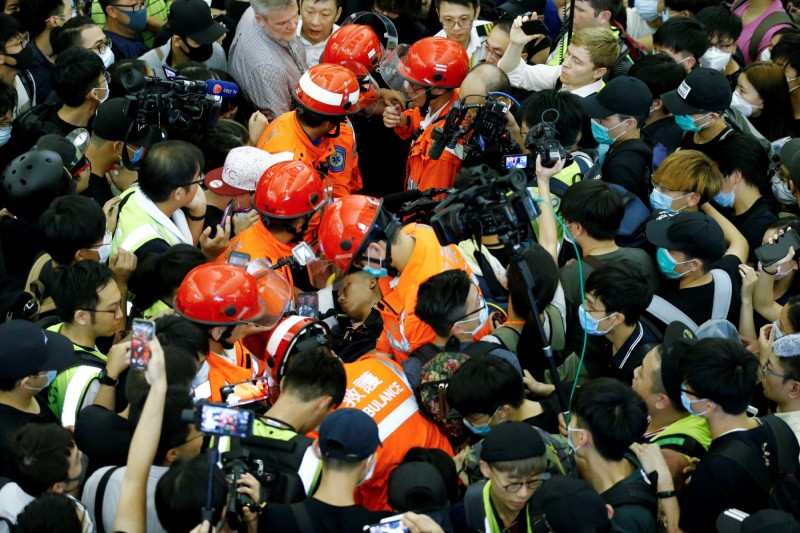 昨(13)晚傳出一名中國公安假扮示威者遭港民毆打,另一中國記者也遭港民綁手,對此,中國民運人士王丹表示,中共故意派人挑釁示威民眾,為以後可能的鎮壓製造口實,他呼籲:不理他們。(路透)