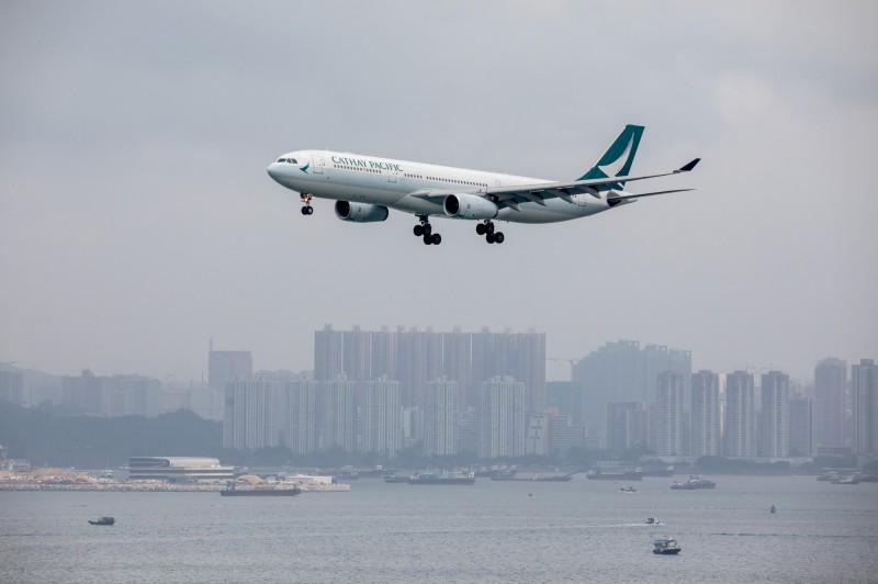 國泰航空今天(14日)發文證實,根據相關聘用條款,2名機師已被解雇。(彭博)