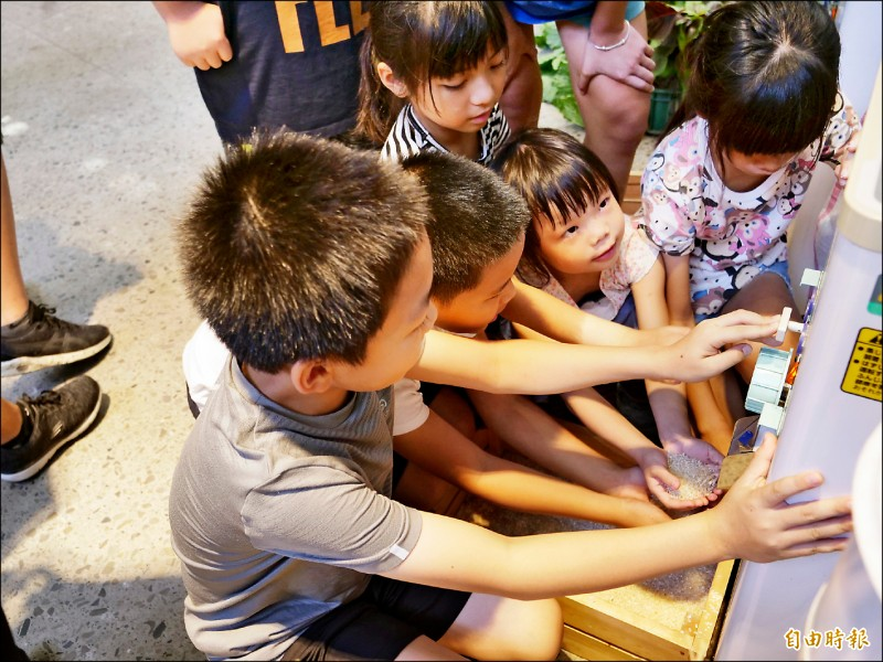 新竹縣竹北新瓦屋「耕讀生活趣」即將開跑,一群小朋友昨在青農講解下體驗農業活動,為活動暖身。(記者廖雪茹攝)