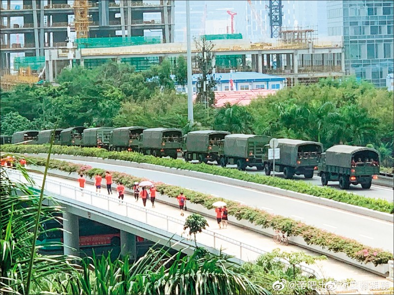 12日網路也傳出現深圳有大量武警卡車集結。(取自網路)