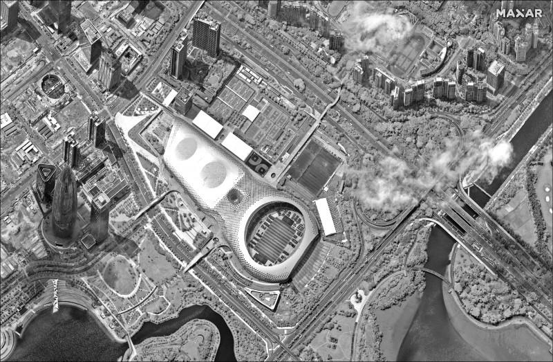 Maxar公司十二日拍攝的深圳灣體育中心空照圖。衛星照片顯示,這座體育場停駐大批看似中國武警車輛,包括裝甲運兵車。(美聯社)