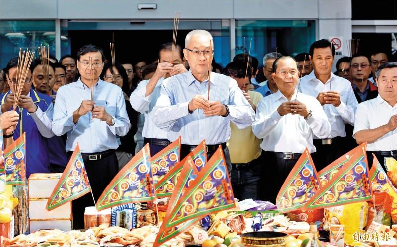 國民黨主席吳敦義昨於中常會前出席國民黨中元普渡儀式。(記者羅沛德攝)