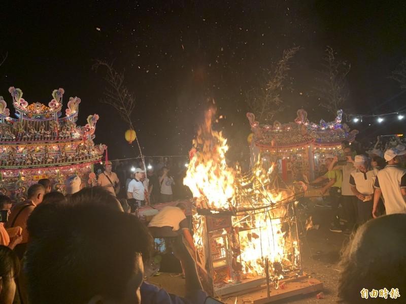 鷄籠中元祭出現謝姓水燈首還沒下水,就先起火燒光的罕見情況。(記者俞肇福攝)