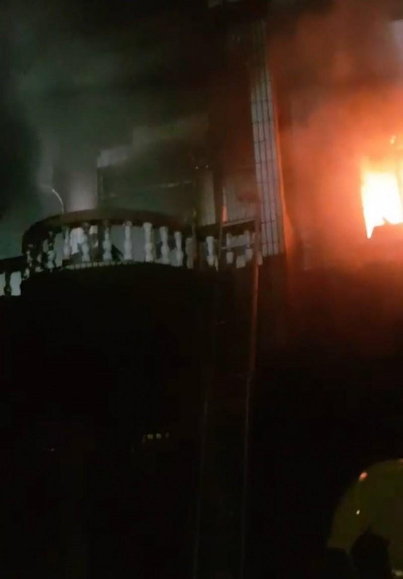 新竹縣竹北市東海三街上的透天厝,今天凌晨發生嚴重火警,夫妻不幸明顯死亡。(記者廖雪茹翻攝)