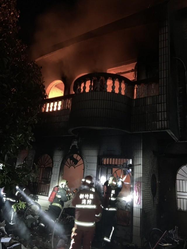 新竹縣竹北市東海三街上的透天厝,今天凌晨發生嚴重火警。(記者廖雪茹翻攝)