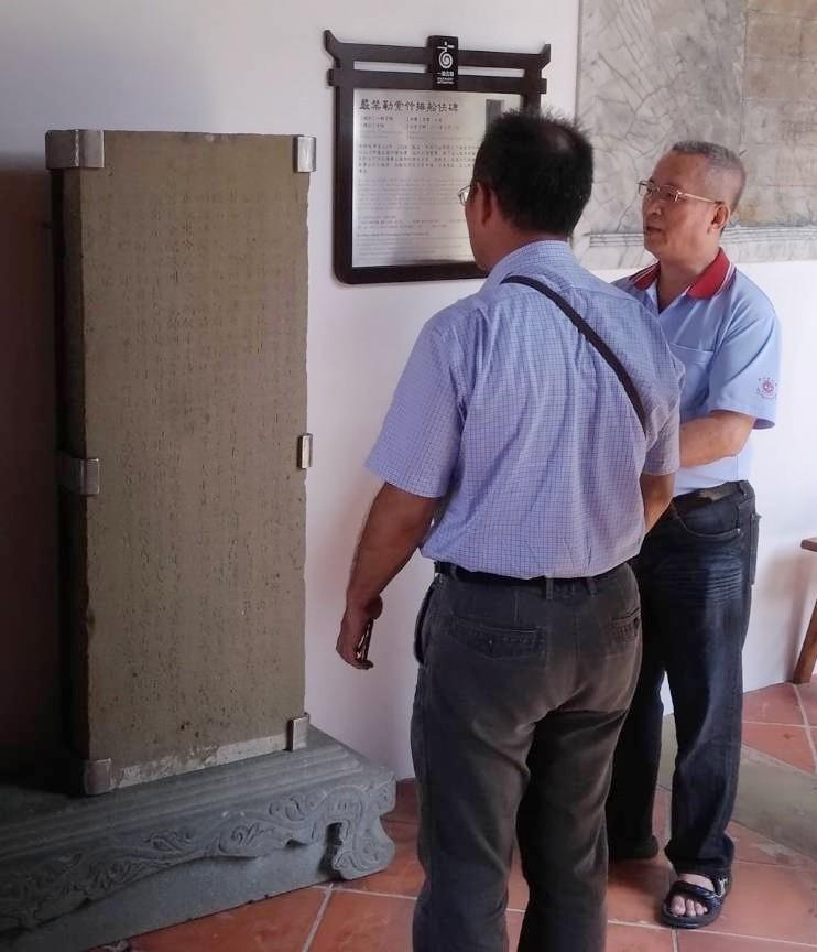 「嚴禁勒索竹排船伕碑」,目前保存於竹山鎮連興宮內。(圖由南投縣文化局提供)