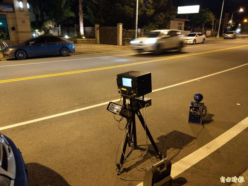 平鎮警分局利用新式手持式雷射測速槍、雷達移動式測速設備,在「警52」標誌路段加強取締超速車輛。(記者李容萍攝)