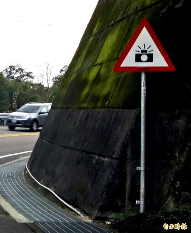 桃園市政府交通局設置「警52」標誌路段加強取締超速車輛。(記者李容萍攝)