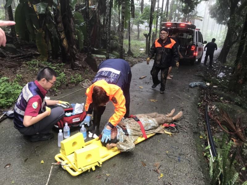 國姓消防隊員為女社工止血及清理傷口準備送醫。(民眾提供)