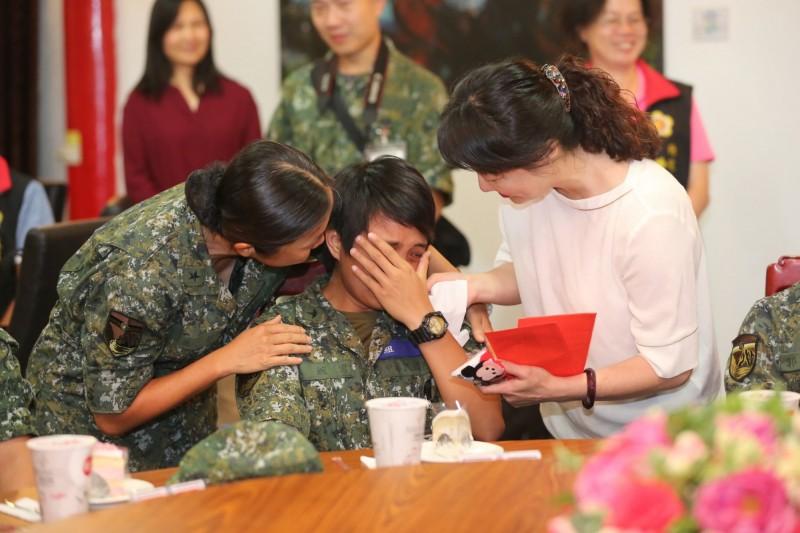 新竹市長林智堅到馬祖前線勞軍,還帶了「媽媽的話」驚喜預錄影片,讓在馬祖當兵的新竹子弟和姐妹爆哭。(新竹市政府提供)