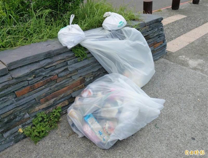 響應垃圾不落地變這樣…南方澳情人灣遊客:這是垃圾桶?