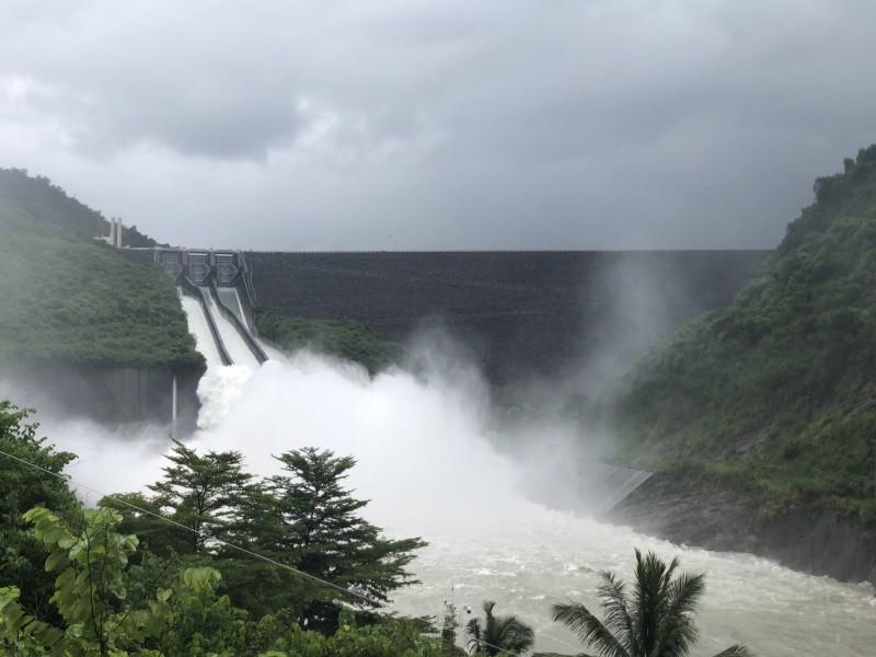 曾文水庫集水區今天上午雨勢明顯,南水局也提高調節性放水量,以每秒1700立方公尺調節水庫。(南水局提供)
