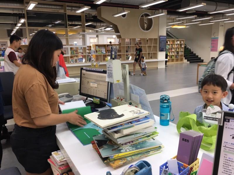 新竹縣內14所公共圖書館將自今年9月24日起,全面提供「圖書通閱」服務。(新竹縣政府提供)