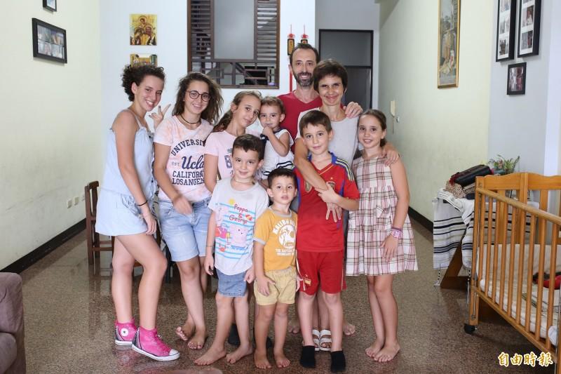 來自西班牙的荷西(後),為了幫助更多人認識天主,志願擔任傳教家庭,7年前攜家帶眷落腳潮州,更在台灣生下第10及11個小孩。(記者邱芷柔攝)