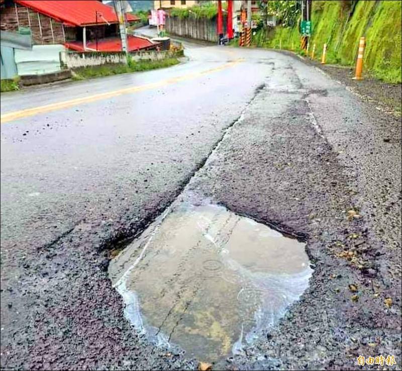 南投縣鹿谷鄉內湖村對外要道一五一線(興產路),因雨出現大小不一的坑洞情形。(記者謝介裕攝)