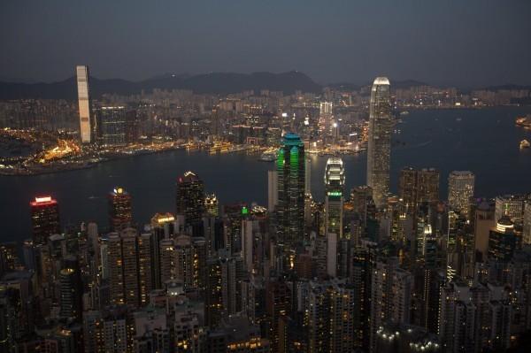 英國駐香港總領事館派員持續監視機場情況,並駐點提供旅客服務。財經專家胡采蘋說,「這個是在說你敢開槍試試看嗎?」(資料照,歐新社)