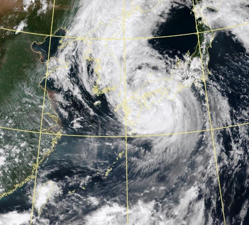 第10號颱風柯羅莎今早登陸日本四國,恐為當地帶來破1200毫米的總雨量。(中央氣象局)