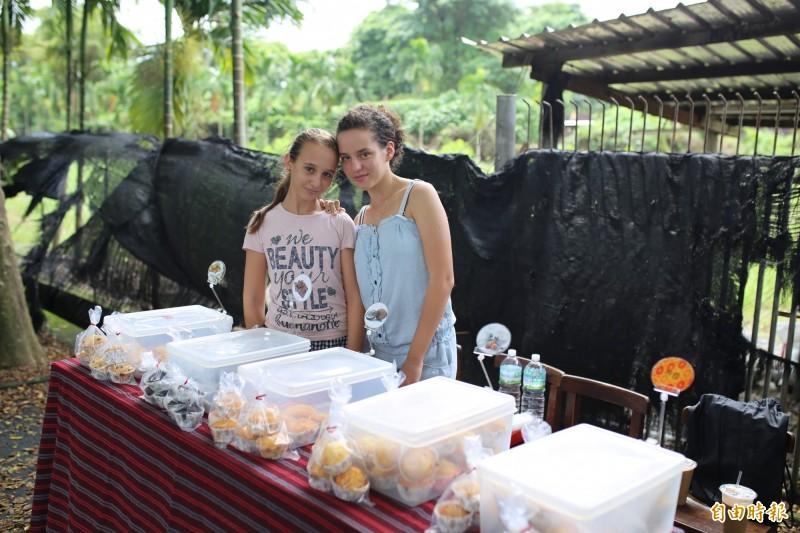 「猴腮雷」爸爸的2名女兒幫賣蛋糕。(記者邱芷柔攝)