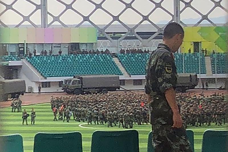 數名中國武警在深圳體育館內演習。(法新社)