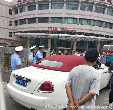 昨日北京婦產醫院外發生一起,車號為「京A88519」的白色勞斯萊斯轎車的違停糾紛。(圖擷取自微博)