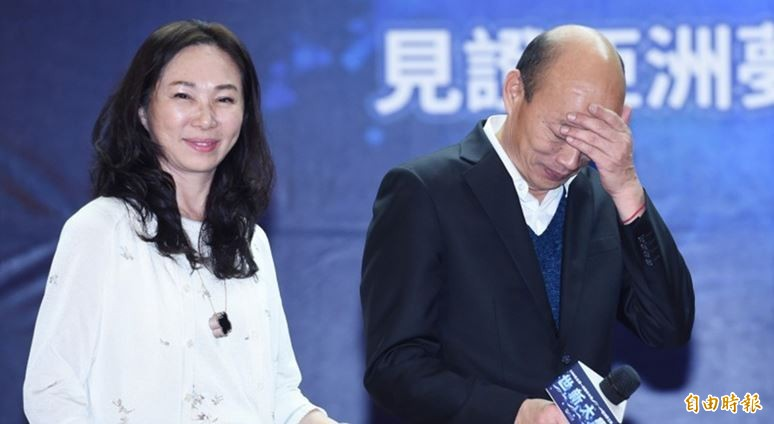 韓國瑜(右)自稱上任後都沒打麻將卻被發現是說謊,李佳芬(左)對抨擊者感到不滿。(資料照)
