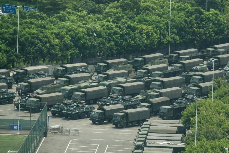 國際媒體照片曝光,數以萬計的中國武警在緊臨香港的深圳演習,還有大量部隊車輛停在深圳體育場館附近。(法新社)