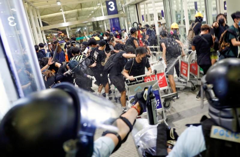 香港反送中活動持續延燒,中國官方日前首度以「恐怖主義」稱之,擬為之後的武警進駐鎮壓鋪路。(路透)