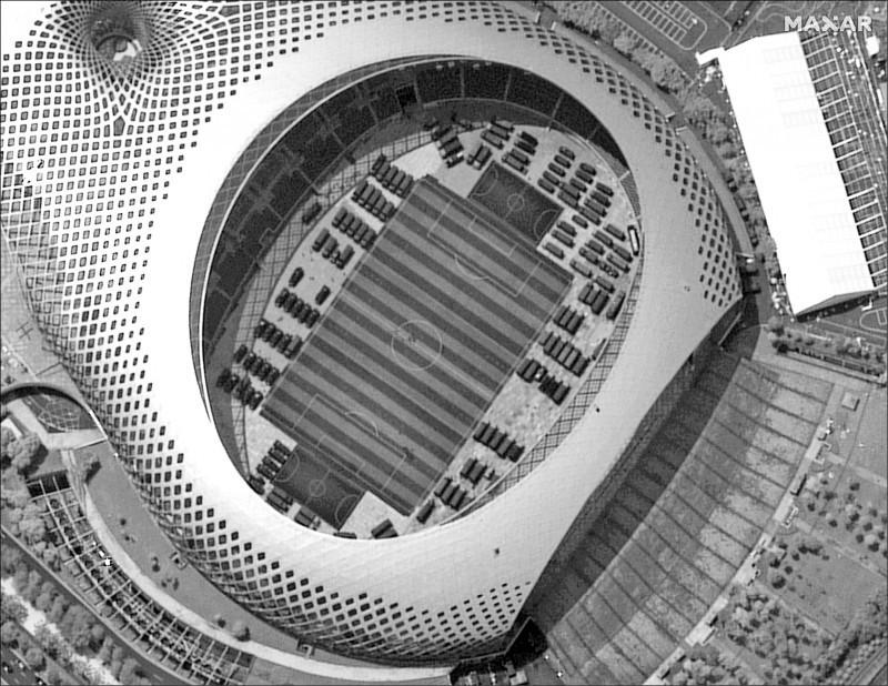 鄰近香港的「深圳春繭體育場」,被衛星發現停放數量龐大的解放軍車。(美聯社)