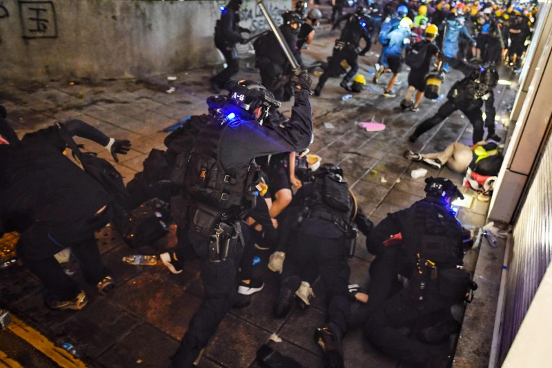 在香港周日(11日)反送中遊行中,有多人遭警方逮捕。(法新社)