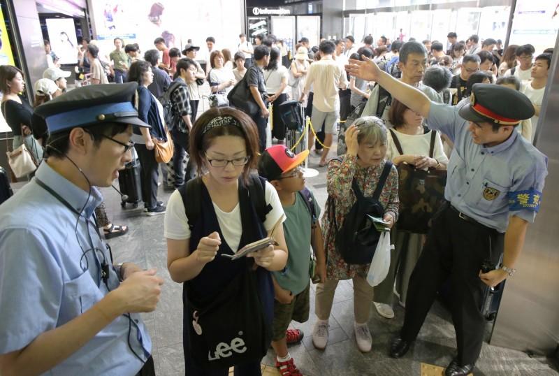 柯羅莎颱風今天下午從日本廣島縣登陸,截至當地時間6點,至少造成1死28傷,逾7000人撤離居住地。圖為因颱風而滯留在日本九州地區博多車站的旅客。(歐新社)