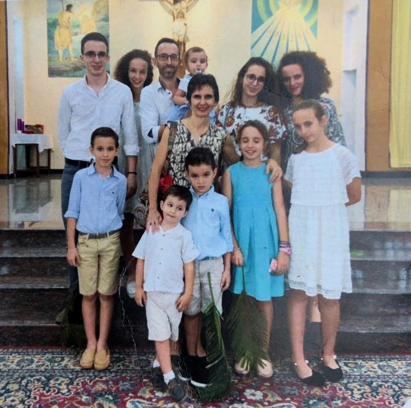 來自西班牙的荷西(後左3)與妻子安瑪麗亞(中)7年前被派遣到台灣傳教。(記者邱芷柔翻攝)