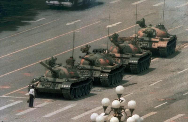 近日網友反串製圖,藉由號召中國人到天安門廣場集會,反諷中國禁止群眾集會遊行抗議。圖為1989年六四天安門事件代表照片「坦客人」。(資料照,美聯社)
