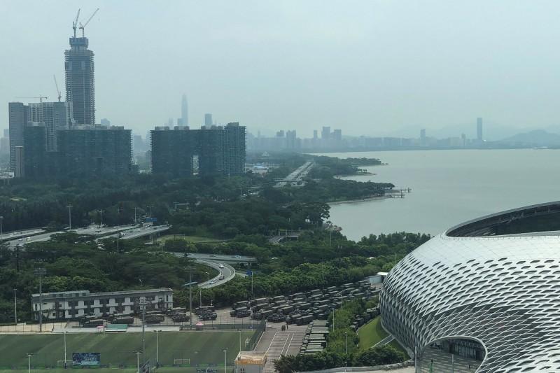 中國武警部隊距離香港僅隔著一個港灣。(法新社)