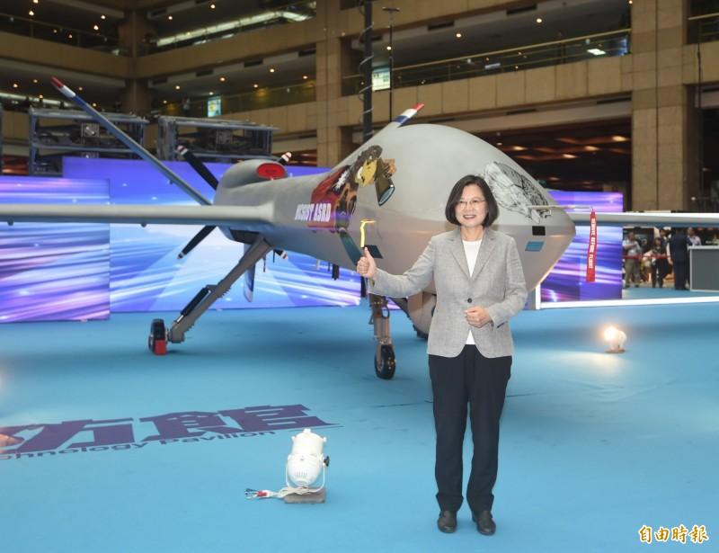 總統蔡英文15日前往世貿展覽館,參觀「台北國際航太暨國防工業展」。(記者方賓照攝)