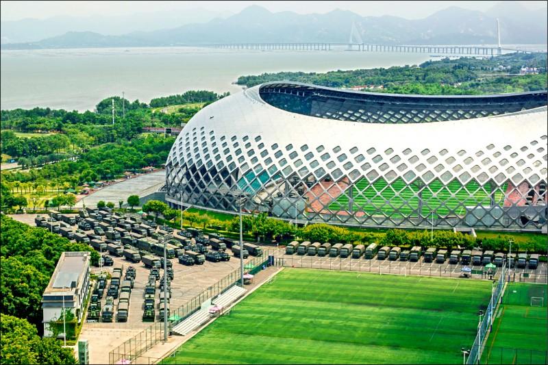 與香港邊境相連的中國廣東省深圳市,近日驚見大批軍力集結,深圳灣體育中心15日依舊停有大量軍車。(路透)