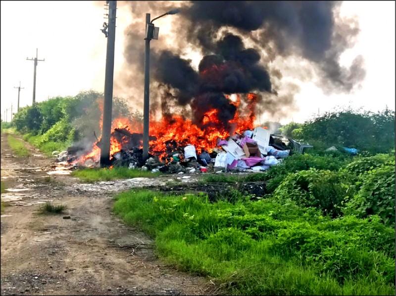 環保局強力取締露天燃燒,今年至今已告發處分一○二件,裁罰金額一六一萬餘元。(環保局提供)