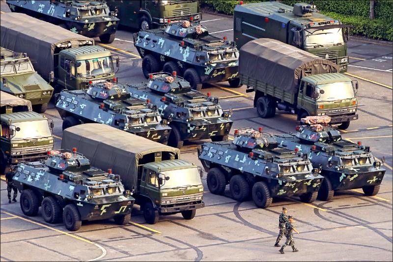 深圳灣體育中心15日依舊停有大量軍車,當天還有軍人在現場整隊。(路透)