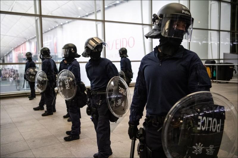 兩名中國男子在香港國際機場被示威者毆打綑綁,港警出動救人。(歐新社)
