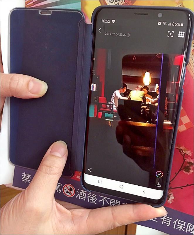 高雄市議員林智鴻昨亮出爆料者三星S9手機拍下韓國瑜「麻將照」,再批韓國瑜「說謊道歉很難嗎?」 (記者陳文嬋翻攝)